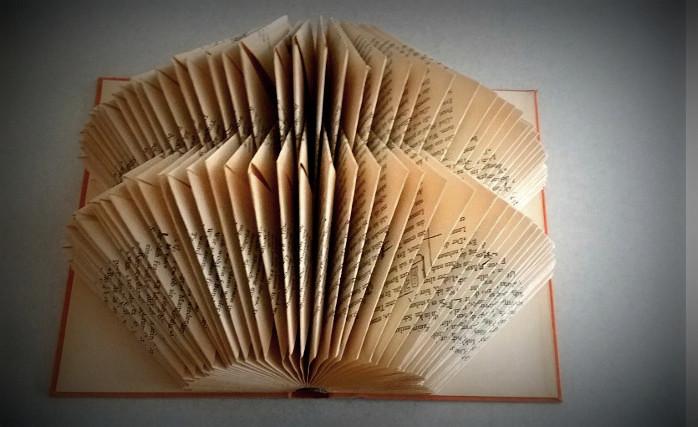 Buch Kunst, Kunst aus alten Büchern, Book Folding, Buch Recycling. Die Book Art Künstlerin Dorothea Koch beschreibt den verschiedenen Techniken zur Gestaltung von neuen Kunstwerken aus alten Büchern.