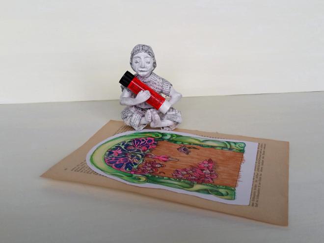 Mit Buntstiften eine Holzstruktur zeichnen. Elfentür aus Papier basteln. Malvorlage zum Basteln: Feen Tür aus Papier und Buchseiten. Basteln mit alten Buchseiten. DIY: Fairy door.