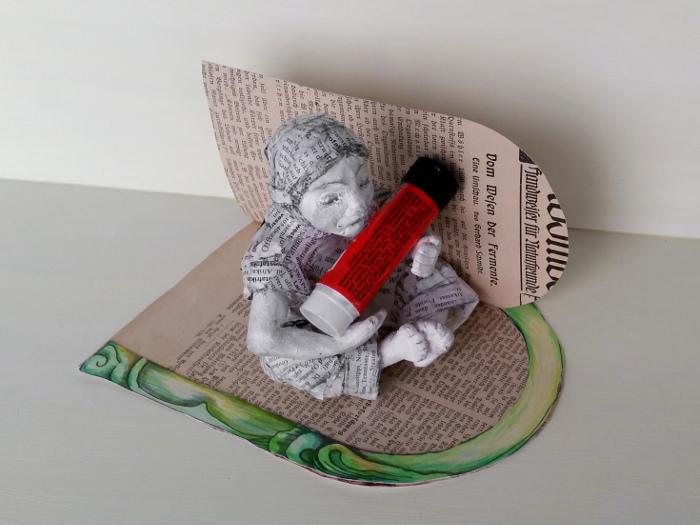 Elfentür selber machen: Die Feentür auf eine Buchseite aufkleben und ausschneiden. Basteln mit alten Büchern: Nachdem Du Deine Elfen Tür aufgeklebt hast, schneidest Du sie aus. Feen und Elfen brauchen Märchen und Träume.
