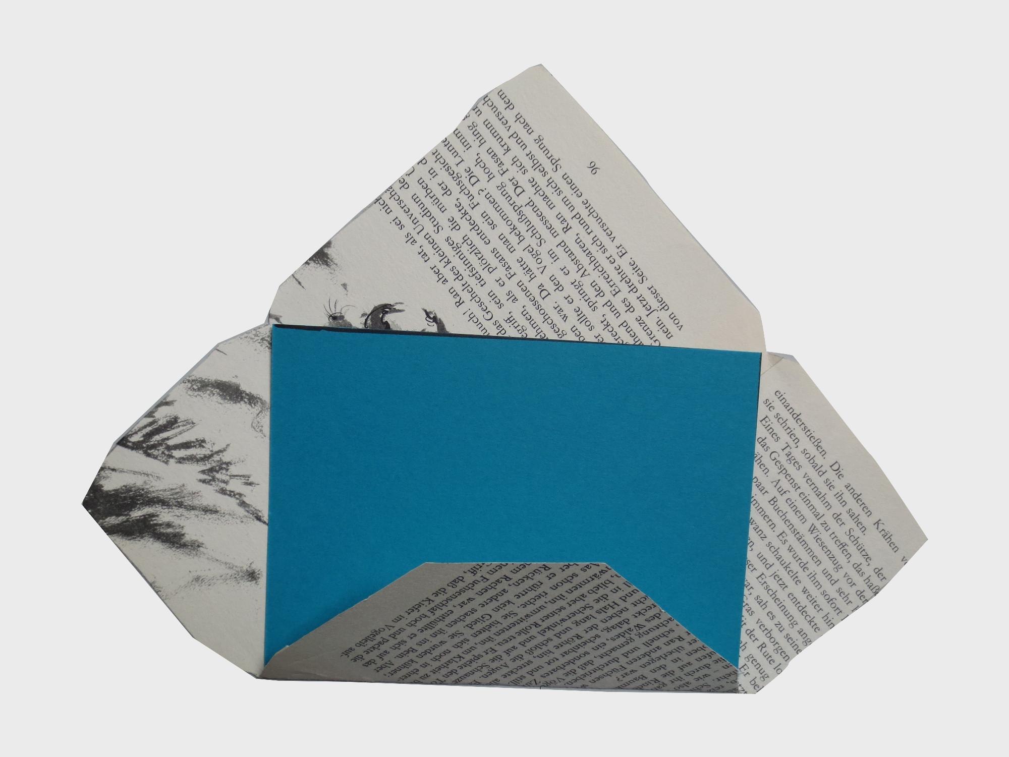 Aus einer alten, zerliebten Buchseite entsteht ein Briefumschlag und so wird eine neue Geschichte erzählt