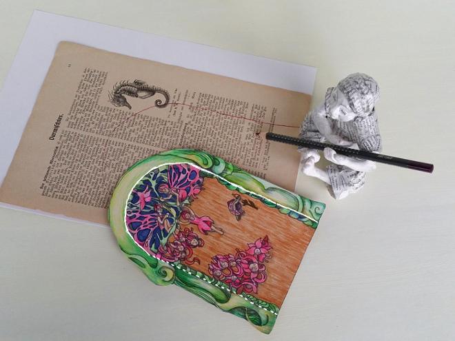Elfen tür basteln: DIY book art Feentür. Alte Buchseiten werden zum Tor der Elfen. Die Elfentür wird auf alte, zerlibete Buchseiten geklebt. Upcycling alte Buchseiten. DiY: Fairy door.