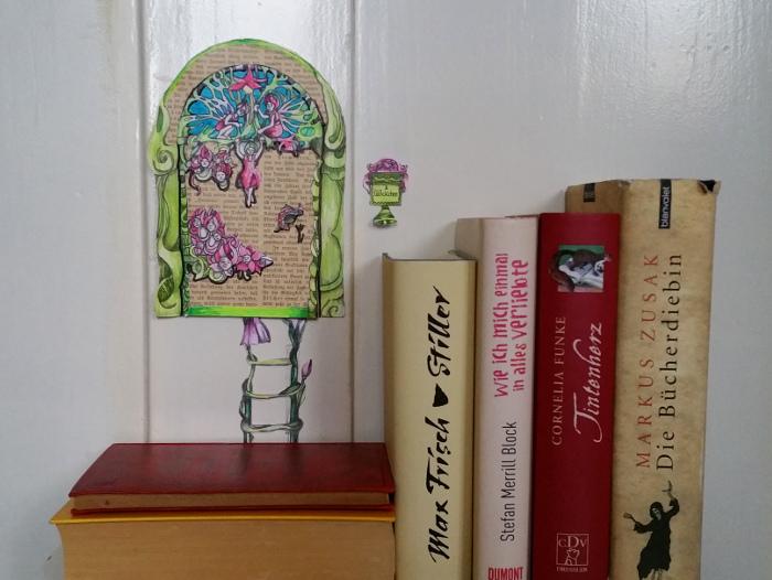 DIY: Elfentür basteln. Pdf-Malvorlage zum Ausdrucken um eine Elfentür selber zu machen. Mit Feentür , Elfen, Wegweiser nach Nimmerland , einem Klingelschild für Glöckchen und einer kleinen Elfen Leiter aus Blumen.
