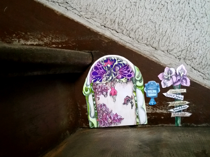 Eine poetische Elfentür aus alten Büchern basteln: Eine kleine Tür für Elfen, Feen, Wichtel und Henkelmänner im Treppenhaus. Phantasievolle Bastelarbeit aus alten Buchseiten, für Leseratten und Träumer.