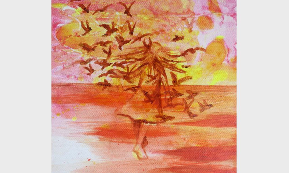 Bild in orange, Ocker und roten Farben: ein Kind läuft mit dem Schwarm ihrer Seelenvögel auf den Horizont zu. Sie scheint über das rote Meer im Orangerotfarbenen Wolkenhimmel auf den Sonnenaufgang zuzulaufen.