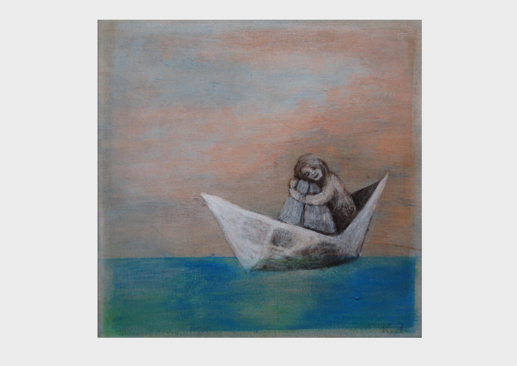 Reise im Papierschiff: Ein kleines Mädchen sitzt in ihrem Boot aus Papier, sie treibt über das türkise und Ozean blaue Meer, vor einem Himmel in orange Tönen.