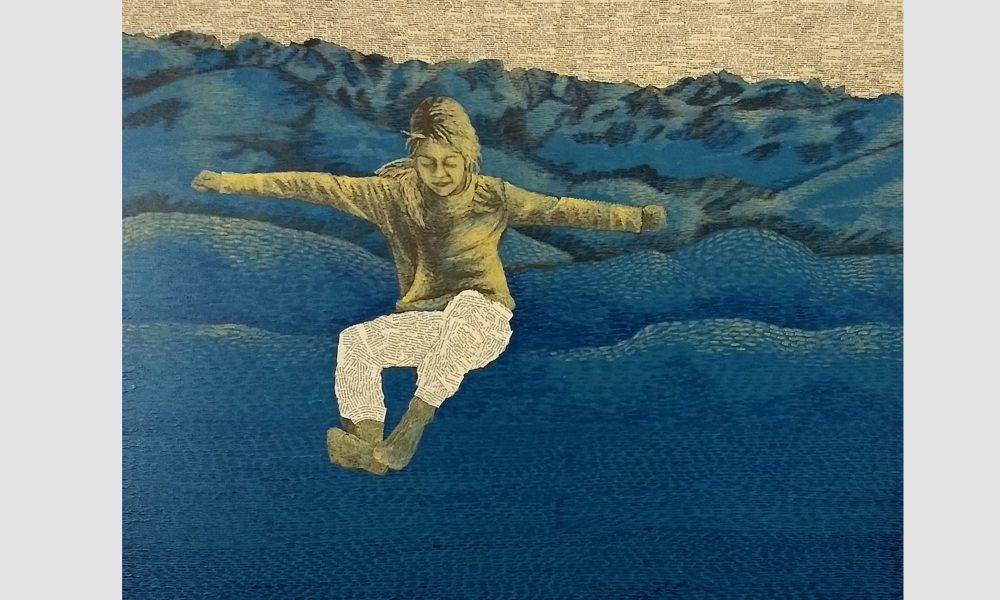 Ein Mädchen trägt Kleidung aus Buchseiten und springt aus einem Buchstabenhimmel hoch hinaus über die Berge. Die Buchstaben und Geschichten Berge sind blau, das Mädchen hat orangene Haare.