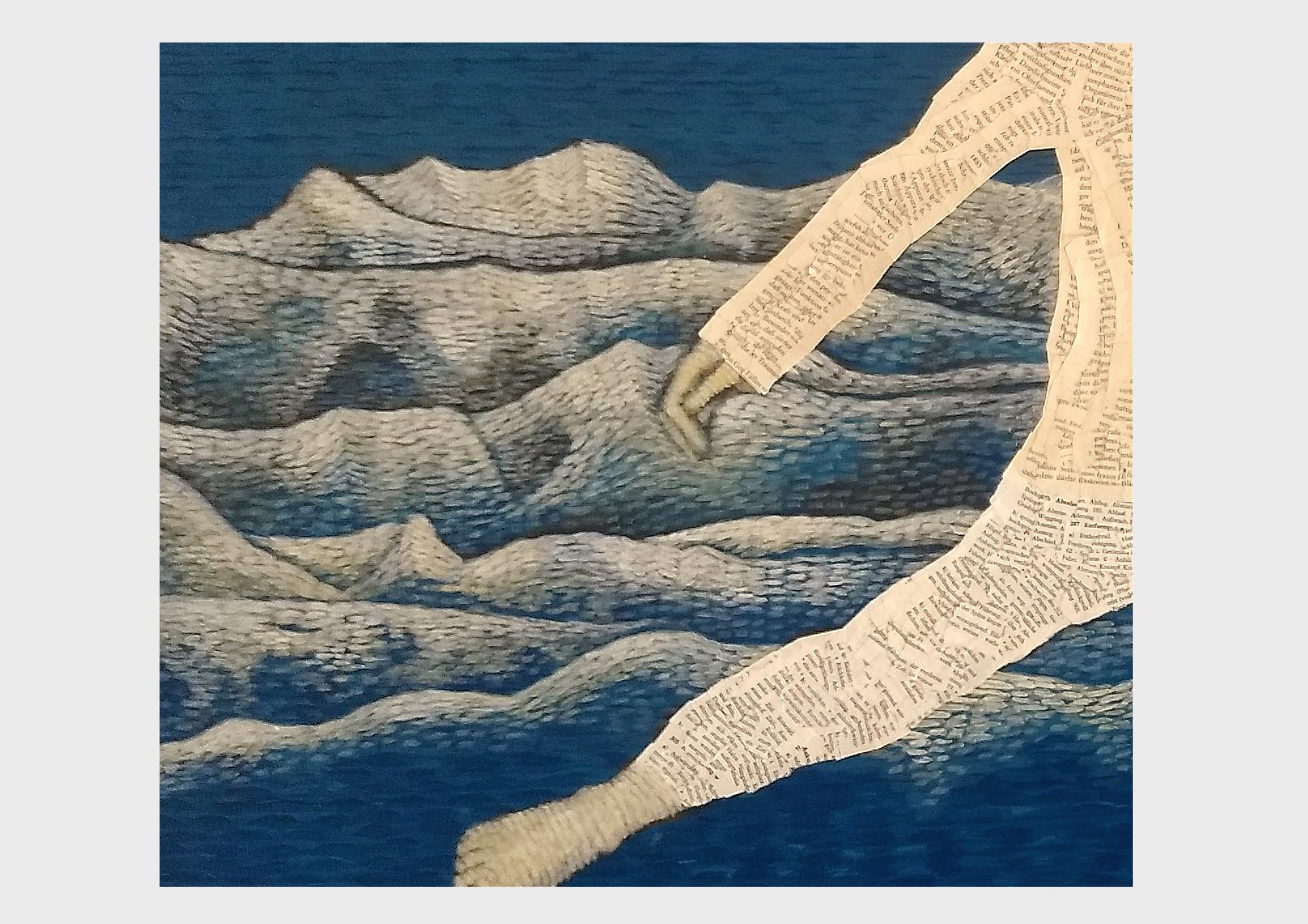 Lesendes Kind vor blauem Hintergrund. Ein kleines Mädchen ist umhüllt von Worten, ein Schalfanzug aus alten Buchseiten aus Freuds Traumdeutung. Durch den nachtblauen Himmel fliegt sie über die Berge aus Schriftzeichen und erzählt die Geschichte von Pater Pan weiter. Collage aus Buchseiten mit Malerei.