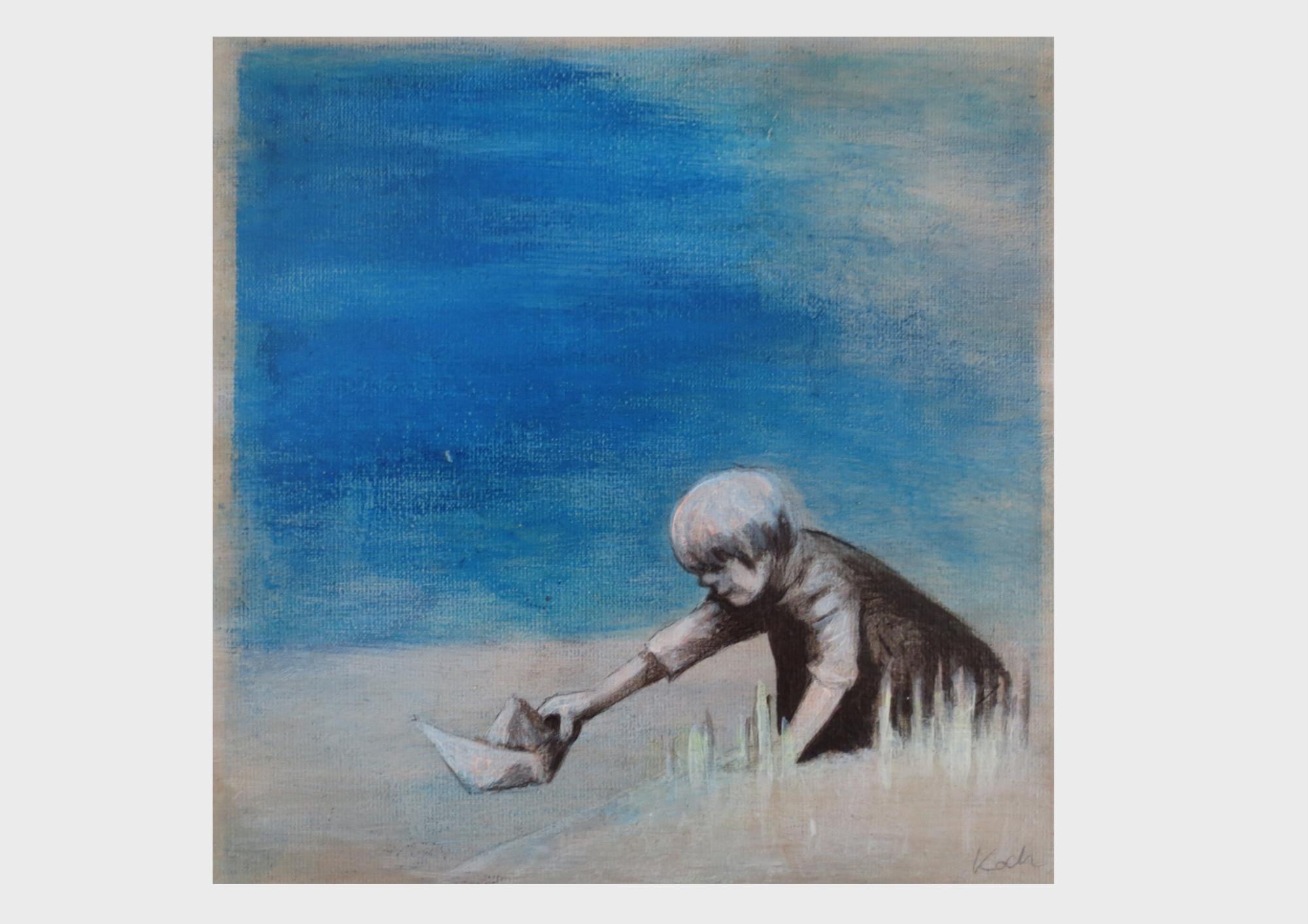 Maritimes Gemälde in Ultramarin Blau: Ein kleiner Junge schickt sein Papierschiff am Ufer auf die Reise über die See.