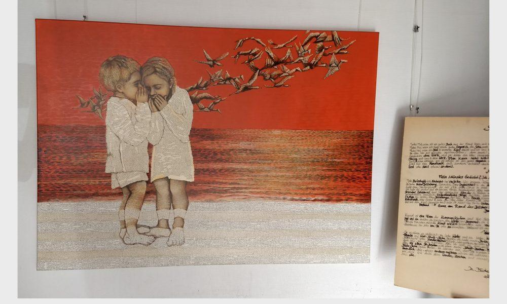 Malerei mir Acrylfarben und Wort-malerei aus alten Buchseiten: Ein Junge und ein Mädchen lesen sich eine geschichte vor.