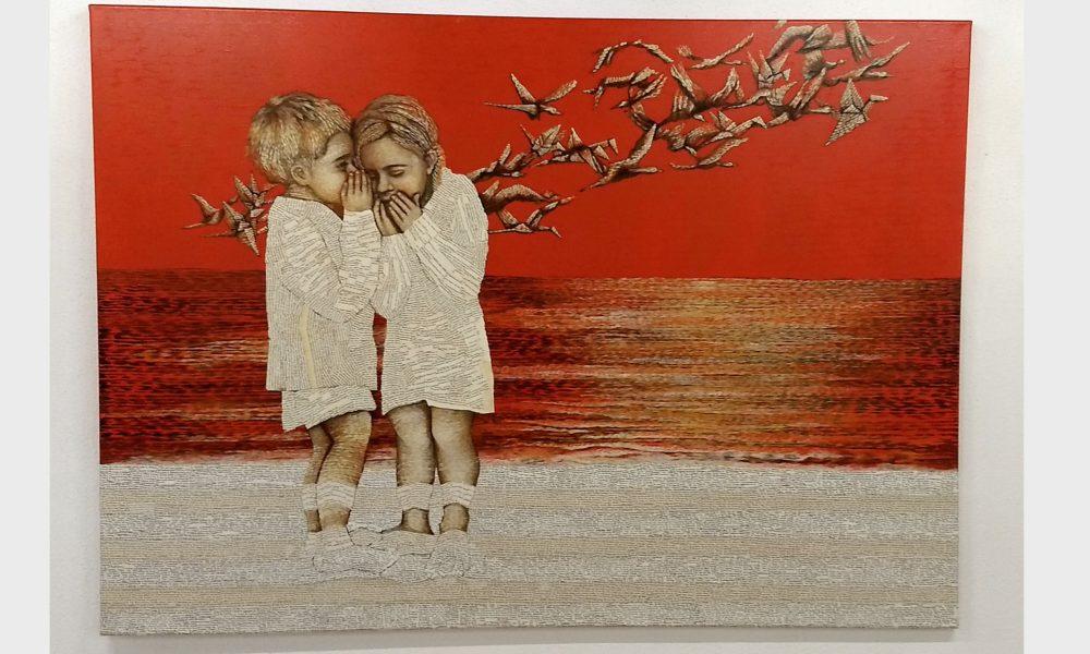 Freunde am Meer. Zwei Kinder sind am Strand aus alten Büchern und der kleine Junge flüstert der kleinen Bibliophilen Freundin einer Geschichte ins Ohr. Über den Orangenen Himmel fliegen Papier-Kraniche.