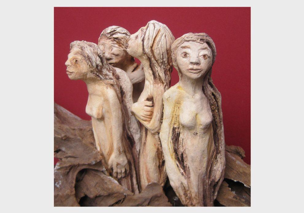 Die verwundbaren, verwunderten, verträumten Frauenwesen werden von einer Wurzel gehalten und geerdet. Skulpturen von Dorothea Koch