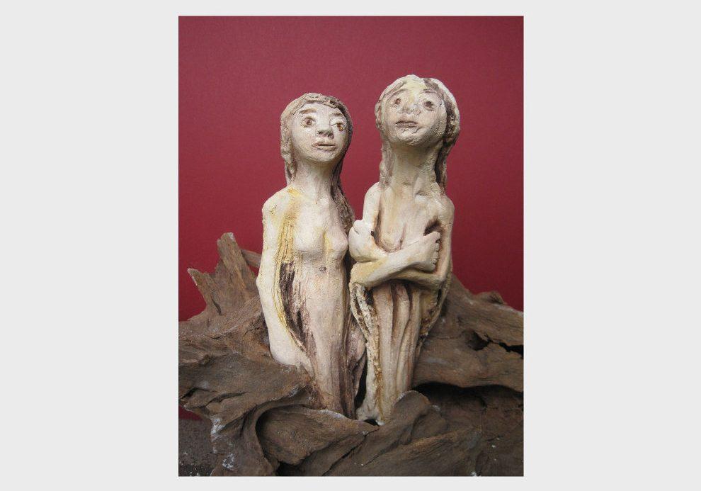 Braune Wurzel mit Keramiken von Frauen Akten, auf einer Wurzel