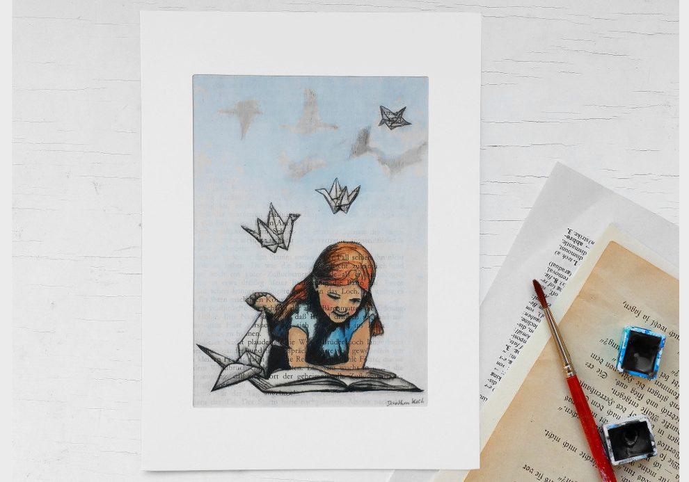 Bild auf Buchseite: Ein Mädchen liest in einem Buch, Papierkraniche kommen aus den Buchseiten, die Origami Vögel verwandeln sich zu echten Vögeln