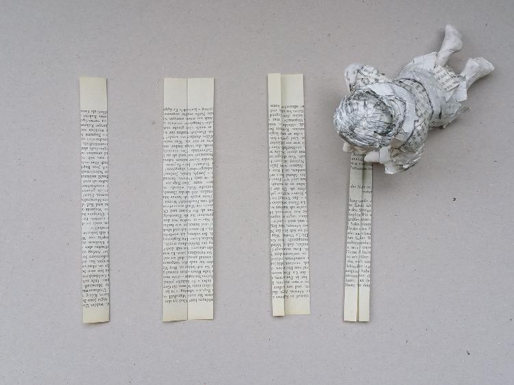 Streifen aus alten Büchern falten, so verwnadlen sie sich in einen Weihnachtsstern