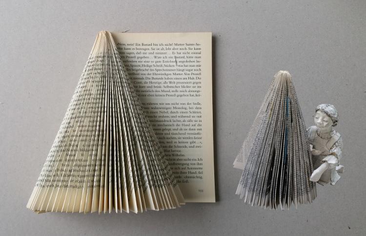 Baum aus Buchseiten
