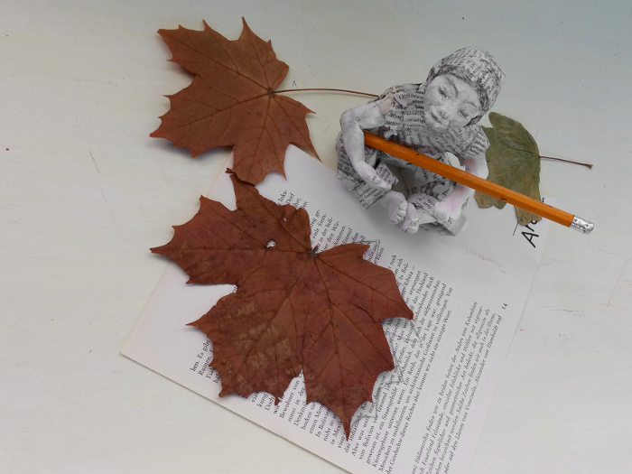 Herbstblatt Collage auf alten Buchseiten
