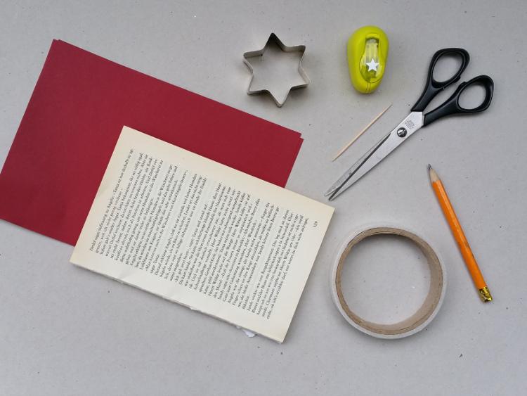 Für einen Weihnachtsbaum aus einem alten Buch brauchst Du: Zeit, ein altes Buch und eventuell rotes Tonpapier.