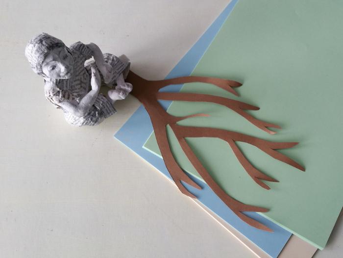 Herbstbaum aus Tonpapier: Den Baum ausschneiden.