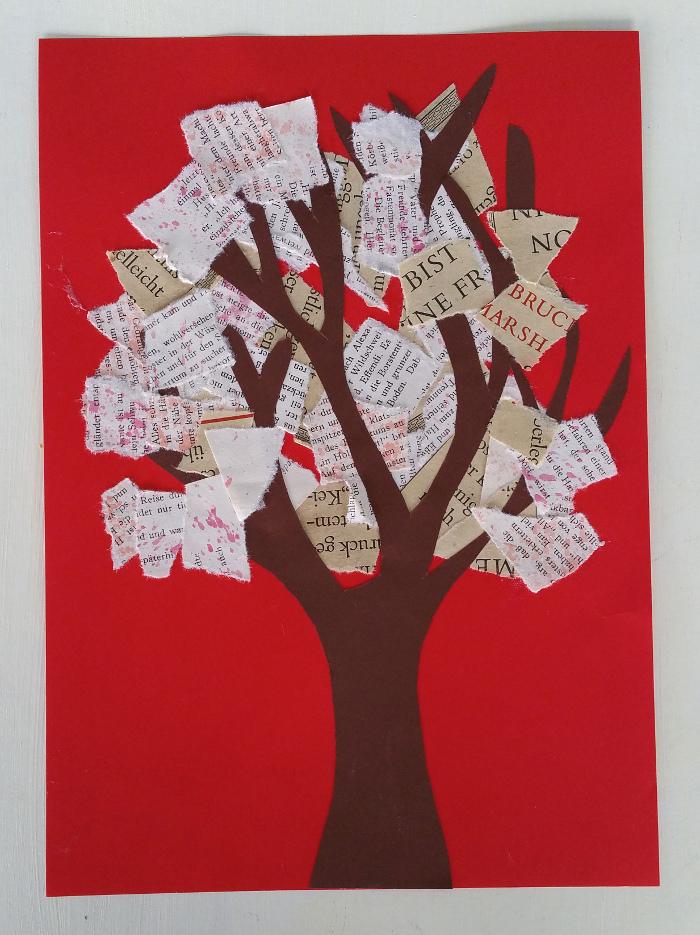 Collage Herbst Baum: ein herbstlicher Baum aus alten, zerliebten Buchseiten.
