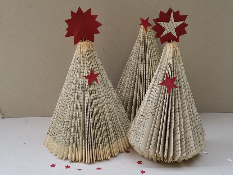 Basteln mit alten Büchern: Weihnachtsbaum falten